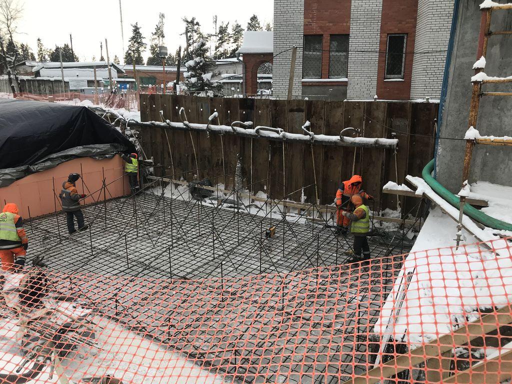 Откачка воды на строительной площадке при заливке фундаментной плиты